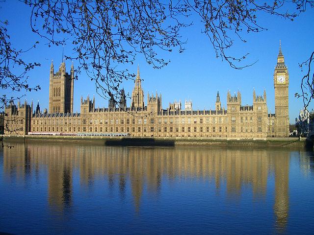 Английские народные избранники проголосовали запереезд изВестминстерского замка навремя ремонта
