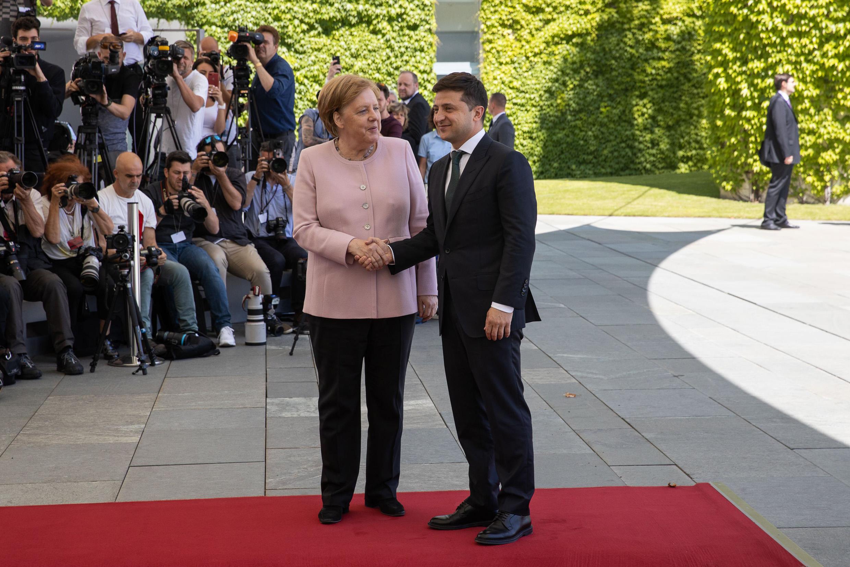 Украинцы ждут от канцлера Германии помощи в восстановлении суверенитета и проведении реформ